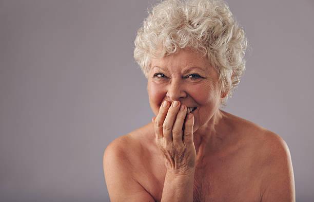 hermosa mujer senior sonriendo - desnudos fotografías e imágenes de stock