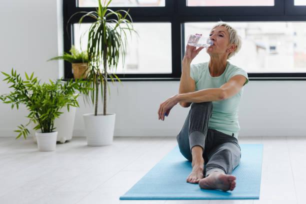 Schöne Seniorin Trinkwasser nach dem Training – Foto