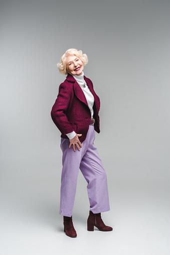 회색에 카메라 보고 세련 된 옷을 입고 아름 다운 수석 여자 노인에 대한 스톡 사진 및 기타 이미지