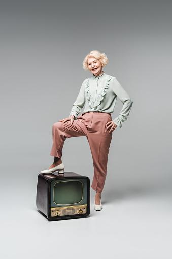 아름 다운 수석 여자 빈티지에 피트와 세련 된 옷에서 회색에 Tv 노인에 대한 스톡 사진 및 기타 이미지