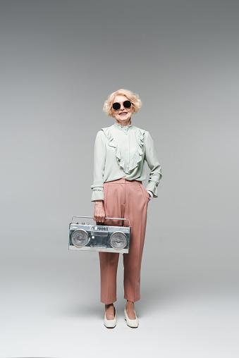 아름 다운 수석 여자 빈티지 Boombox 회색에 세련 된 선글라스 노인에 대한 스톡 사진 및 기타 이미지