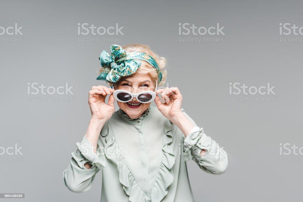 美麗的高級女士在時尚復古的衣服和太陽鏡孤立的灰色 - 免版稅一個人圖庫照片