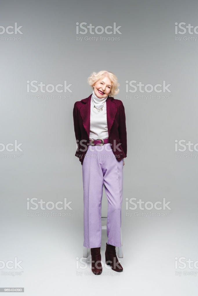 회색에 세련 된 빈티지 옷에 아름 다운 수석 여자 - 로열티 프리 노인 스톡 사진