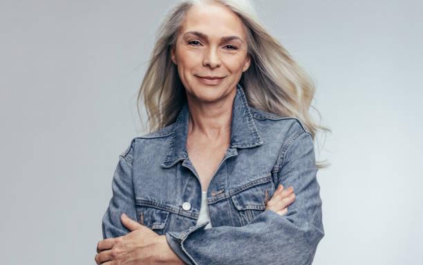 mooie senior vrouw op zoek naar vertrouwen - mid volwassen vrouw stockfoto's en -beelden