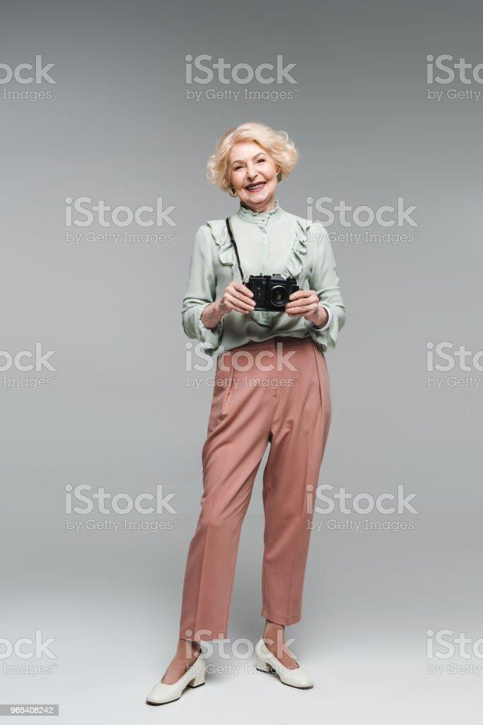 회색에 빈티지 필름 카메라와 함께 아름 다운 수석 여자 - 로열티 프리 노인 스톡 사진