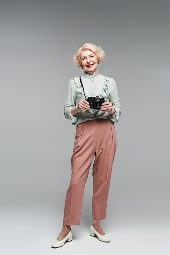 회색에 빈티지 필름 카메라와 함께 아름 다운 수석 여자 노인에 대한 스톡 사진 및 기타 이미지