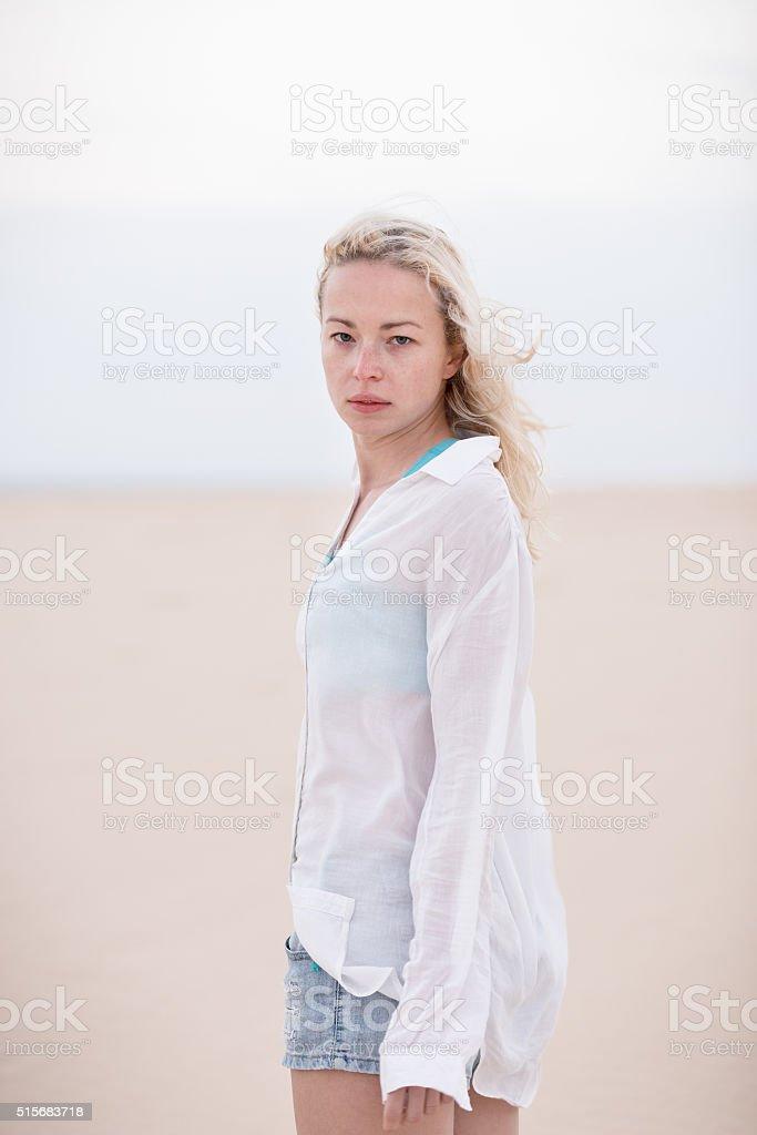 Schöne sinnliche Frau allein am Strand. Lizenzfreies stock-foto