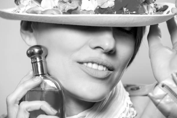 Linda mulher sensual aplicação de perfume - foto de acervo