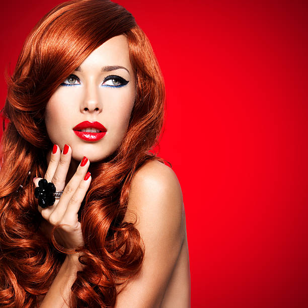 Schöne sinnliche Frau mit langen roten Haaren. – Foto
