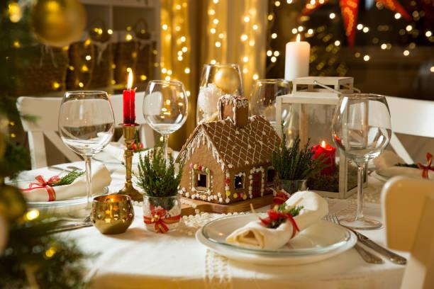 schöne tabelle mit weihnachtsschmuck, kerzen und laternen serviert - weihnachtsessen ideen stock-fotos und bilder