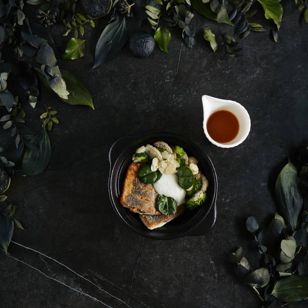 Schöne Portion Branzino oder Seabass Filet mit Bisque Sauce und Spinat Top View – Foto