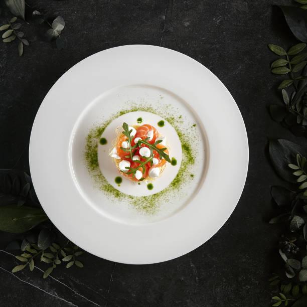 Schöne Portion italienische Küche Gericht von Lachs Millefeuille mit Creme Käse Mousse – Foto