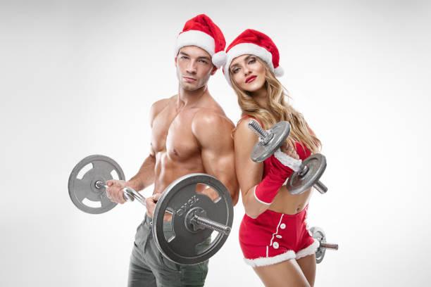 schöne sexy paar in santa claus kleidung dabei training - elfenkostüm damen stock-fotos und bilder