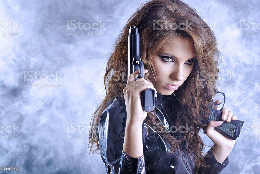 아름다운 색시한 여자아이 쥠 총 흡연합니다 배경기술. - 로열티 프리 검정 스톡 사진
