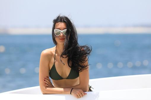Foto de Bela Garota Sexy De Biquíni Na Praia Verde e mais fotos de stock de Adulto