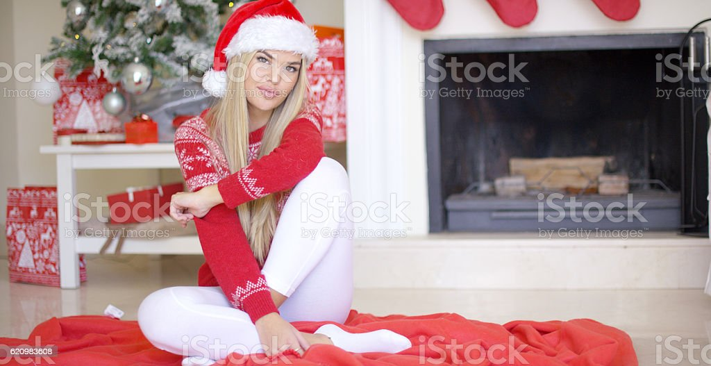 Beautiful sexy girl sitting on the floor next to Christmas foto royalty-free