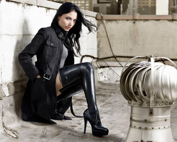 Hispânico linda, Sexy moda modelo de bota na cobertura - foto de acervo