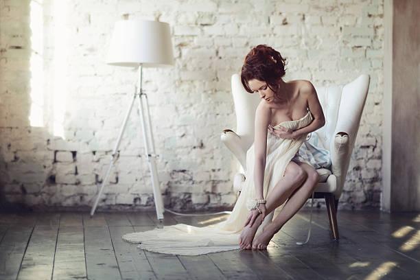 schöne sexy frau mit eleganten weißen kleid - anzieh nacht stock-fotos und bilder
