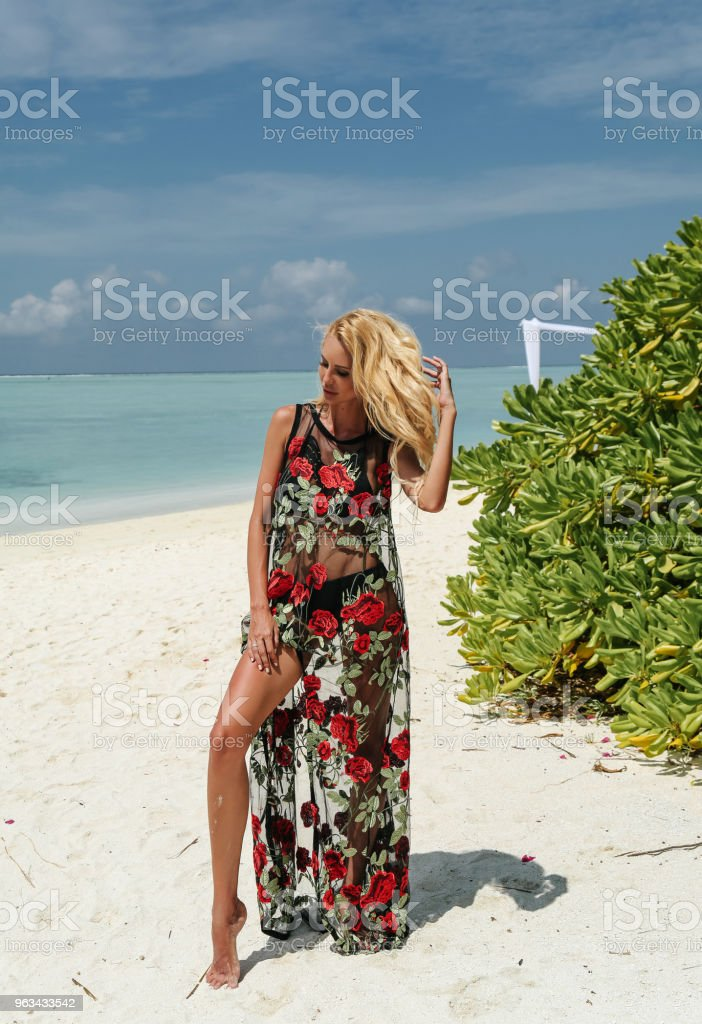 belle femme sexy aux cheveux blonds en mode baignade costume reposant sur les Maldives - Photo de Adulte libre de droits