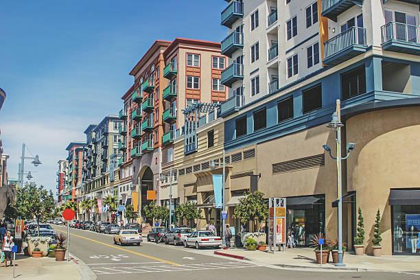 superbe rue commerçante - ville moyenne photos et images de collection