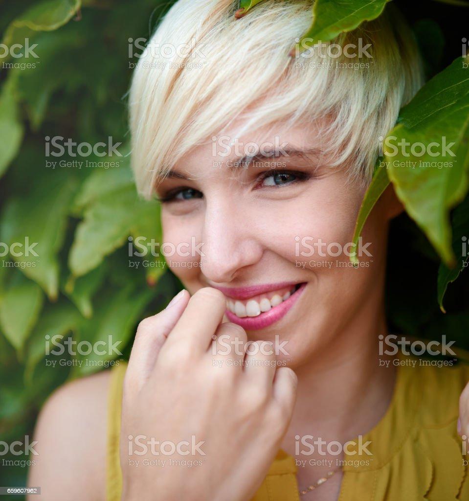 photo de belle femme poil court blond platine permanent dans un