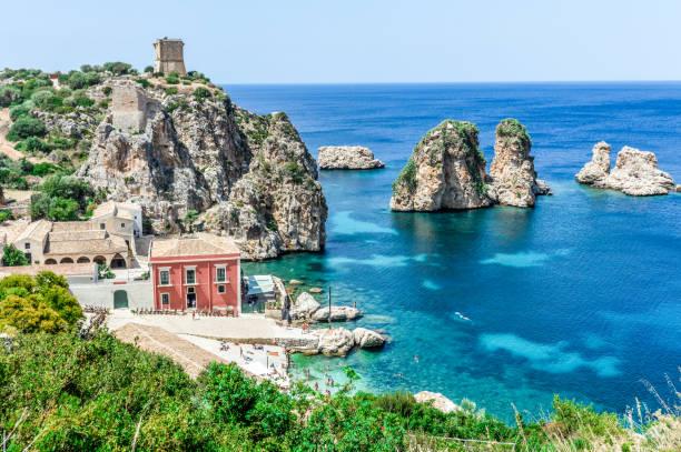 schönen sizilianischen strand von scopello, italien - sizilien strände stock-fotos und bilder