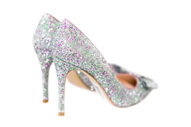 schöne silber glitter weiblichen schuhen mit hohen absätzen isoliert auf weiss. hochzeits-accessoires. cinderella shoes. selektiven fokus - glitzer absätze stock-fotos und bilder