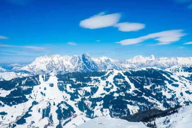 schönes skigebiet mitten in den bergen in den österreichischen alpen. - hotel alpenblick stock-fotos und bilder