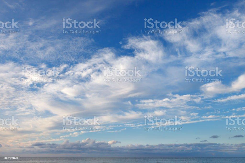 Schönen Himmel über dem Meer mit Cirrus und kleinen Cumulus-Wolken – Foto