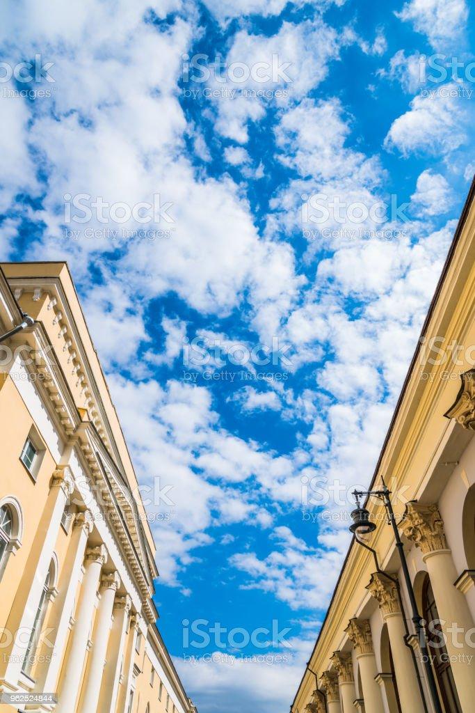 Lindo céu com nuvens pode ser visto entre os edifícios antigos - Foto de stock de Antigo royalty-free
