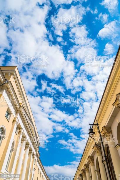 Foto de Lindo Céu Com Nuvens Pode Ser Visto Entre Os Edifícios Antigos e mais fotos de stock de Antigo