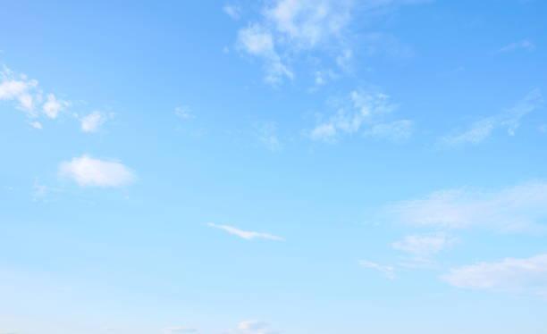 beau ciel avec nuages blancs - bleu photos et images de collection