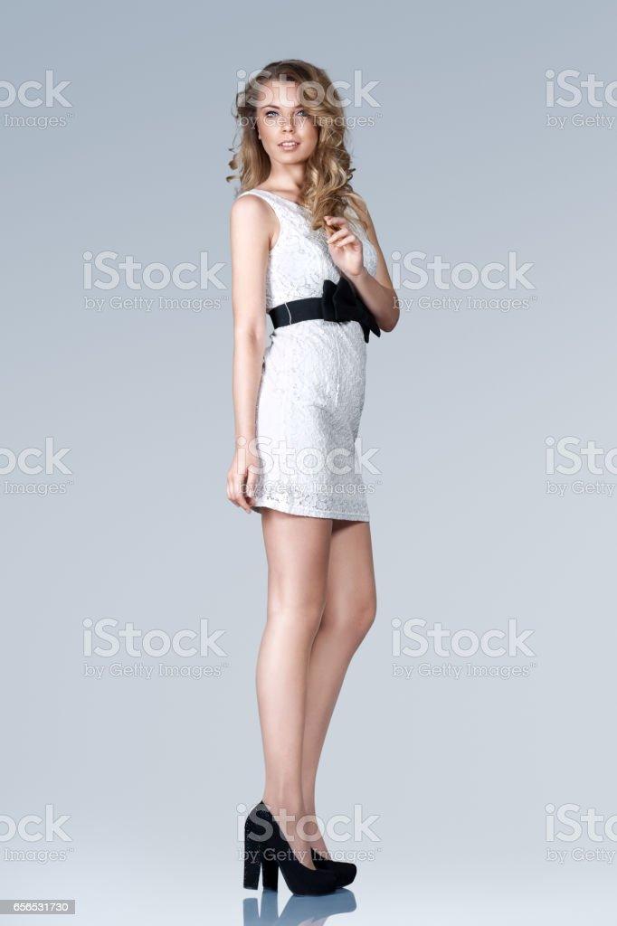 362ae7730 Hermosa Mujer Delgada En Mini Vestido Foto de stock y más banco de ...