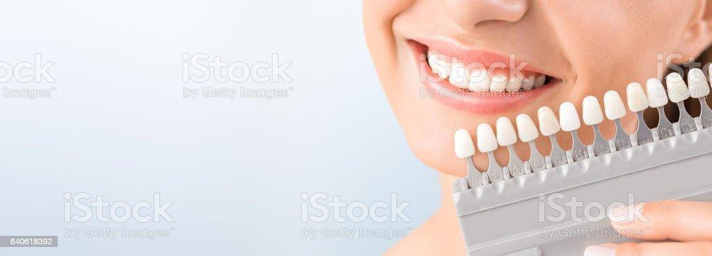 Schönes Lächeln und weiße Zähne einer jungen Frau. – Foto