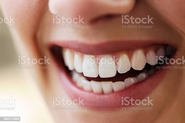 Schönen Lächeln Stockfoto und mehr Bilder von Eine Frau allein
