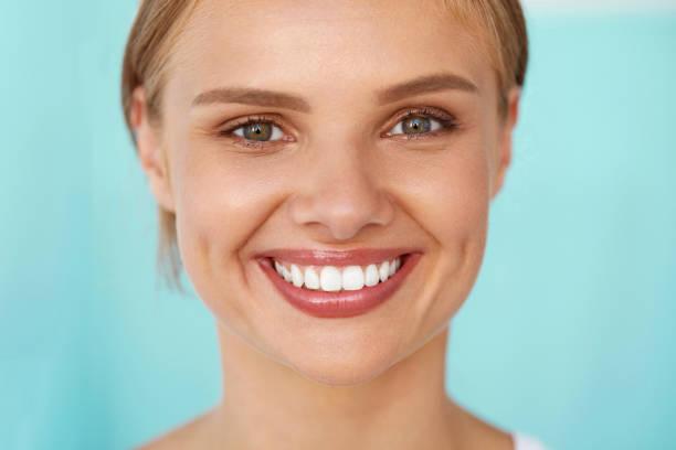 schönes lächeln. lächelnde frau mit weißen zähnen beauty portrait. - zahnweiss stock-fotos und bilder