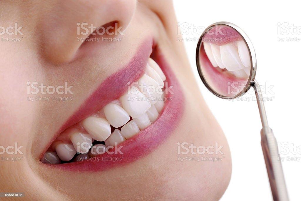 Schönes Lächeln mit Dental Spiegel - Lizenzfrei Bildkomposition und Technik Stock-Foto