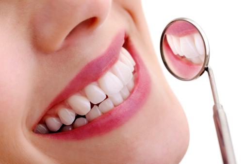 Schönes Lächeln Mit Dental Spiegel Stockfoto und mehr Bilder von Bildkomposition und Technik