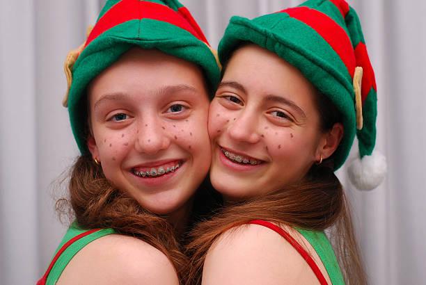 schönes lächeln auf weihnachten elfen mit zahnspange - elfenkostüm damen stock-fotos und bilder