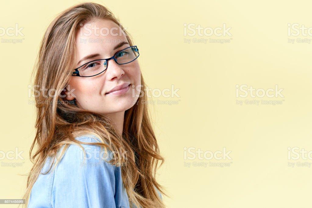 fdb932411ae97a Mooi lachende meisje met gember haar en sproeten dragen brillen royalty  free stockfoto