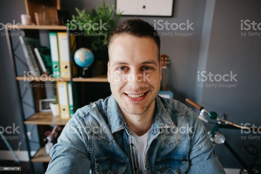 Schöne lächelnder Mann nimmt ein Selbstporträt – Foto