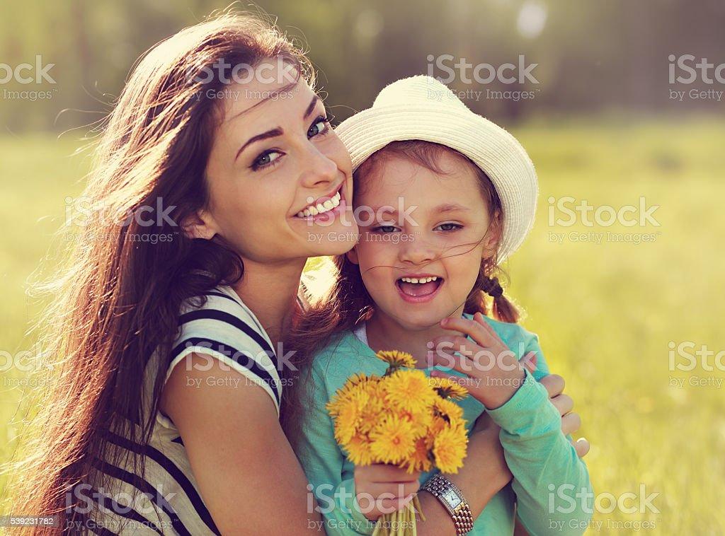 Sonriendo hermosa madre con su hija, que incorporan bergantín amarillo foto de stock libre de derechos