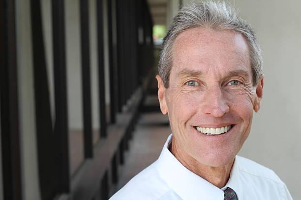 Beau homme Senior souriant Portrait en gros plan. - Photo