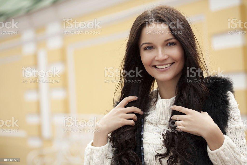 Wunderschöne lächelnde Frau in Winterkleidung – Foto