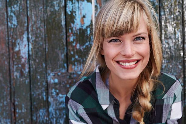 wunderschöne lächelnde frau - vor zöpfe stock-fotos und bilder