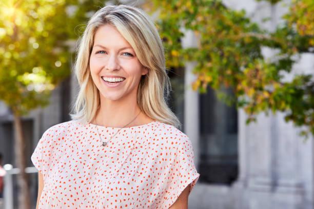 beautiful smiling woman - mid volwassen vrouw stockfoto's en -beelden