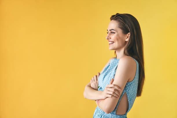 Schön lächelnde Frau Profilportrait auf gelbem Hintergrund mit Kopierraum – Foto