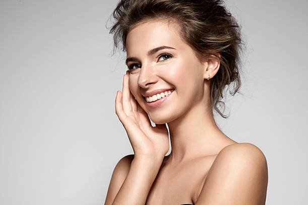Beautiful smiling woman with clean skin, natural make-up - foto de acervo