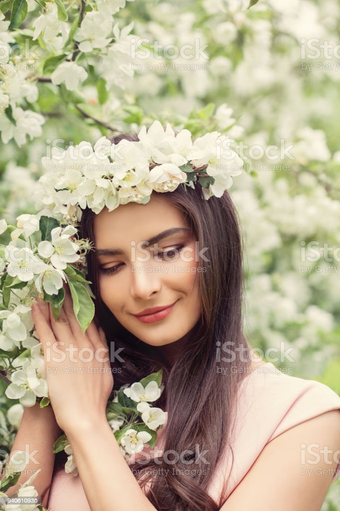 Beautiful Smiling Woman With Makeup Healthy Brown Hairstyle And ... 68c2e336a