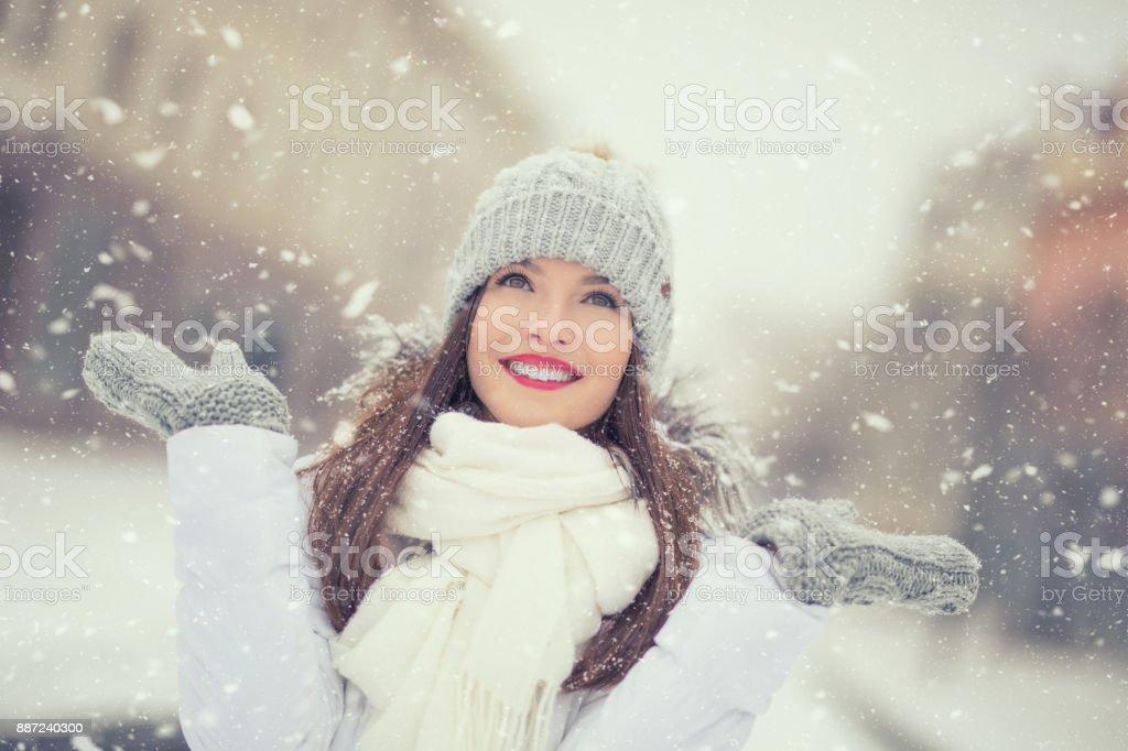 Schöne lächelnde junge Frau in warme Kleidung. Das Konzept des Porträts im Winter verschneiten Wetter – Foto